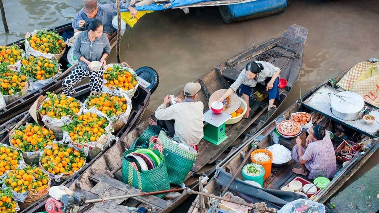 Ghe thuyền tấp nập tại chợ nổi Cái Răng