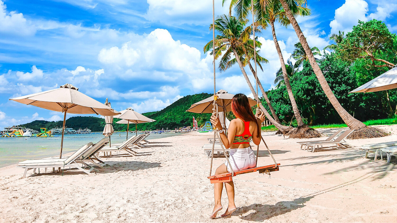 Du khách thưởng ngoạn vẻ đẹp bao la của biển Phú Quốc trong xanh