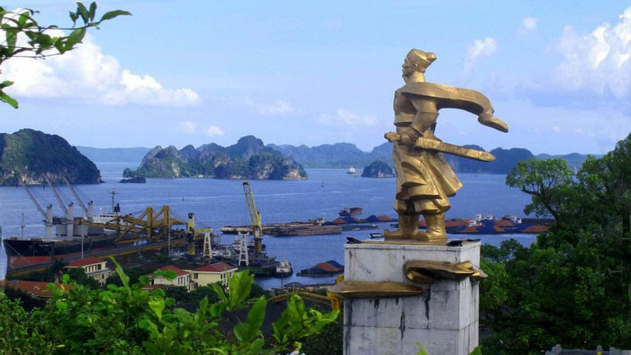 Trước cửa đền hướng về là vịnh Bái Tử Long
