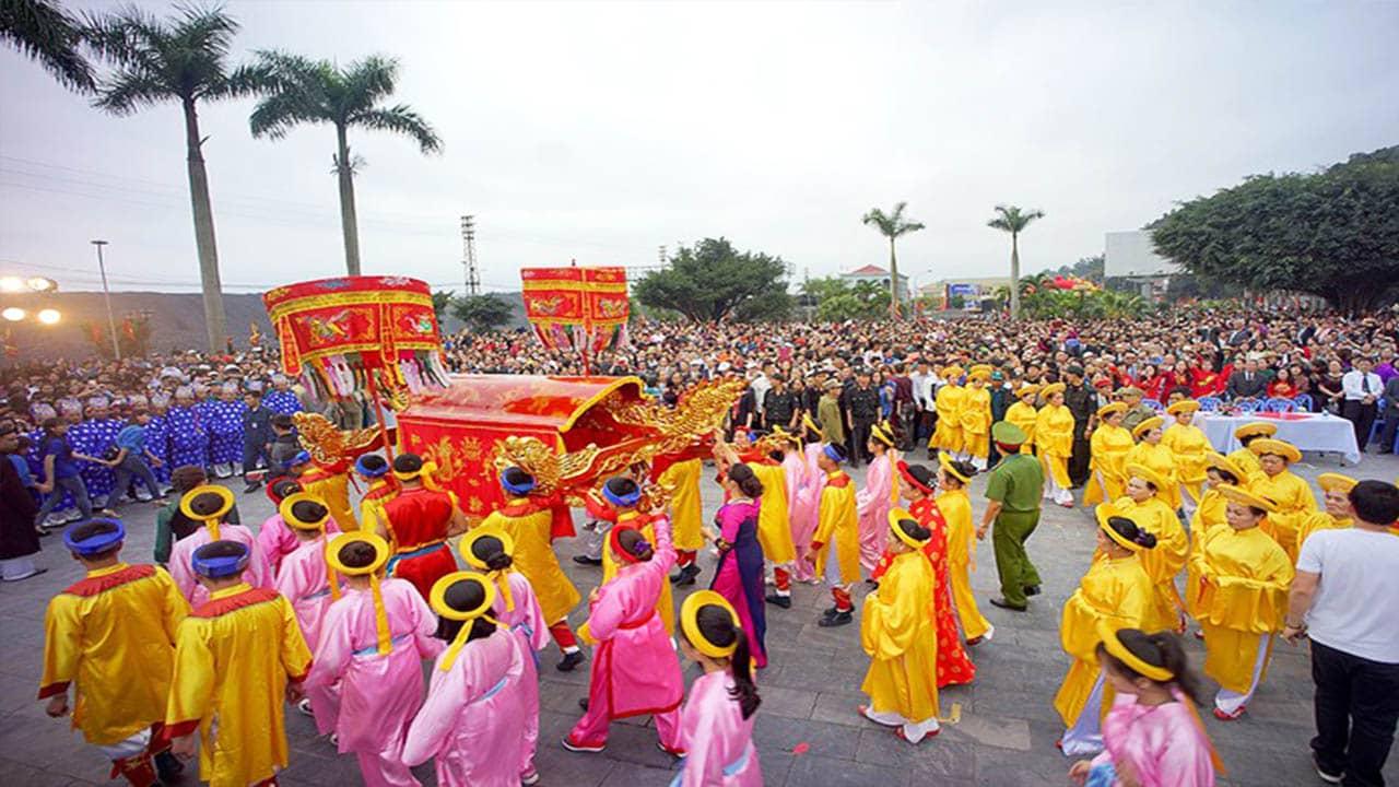 Lễ hội Đền Cửa Ông với đông đảo du khách và người dân địa phương tham dự