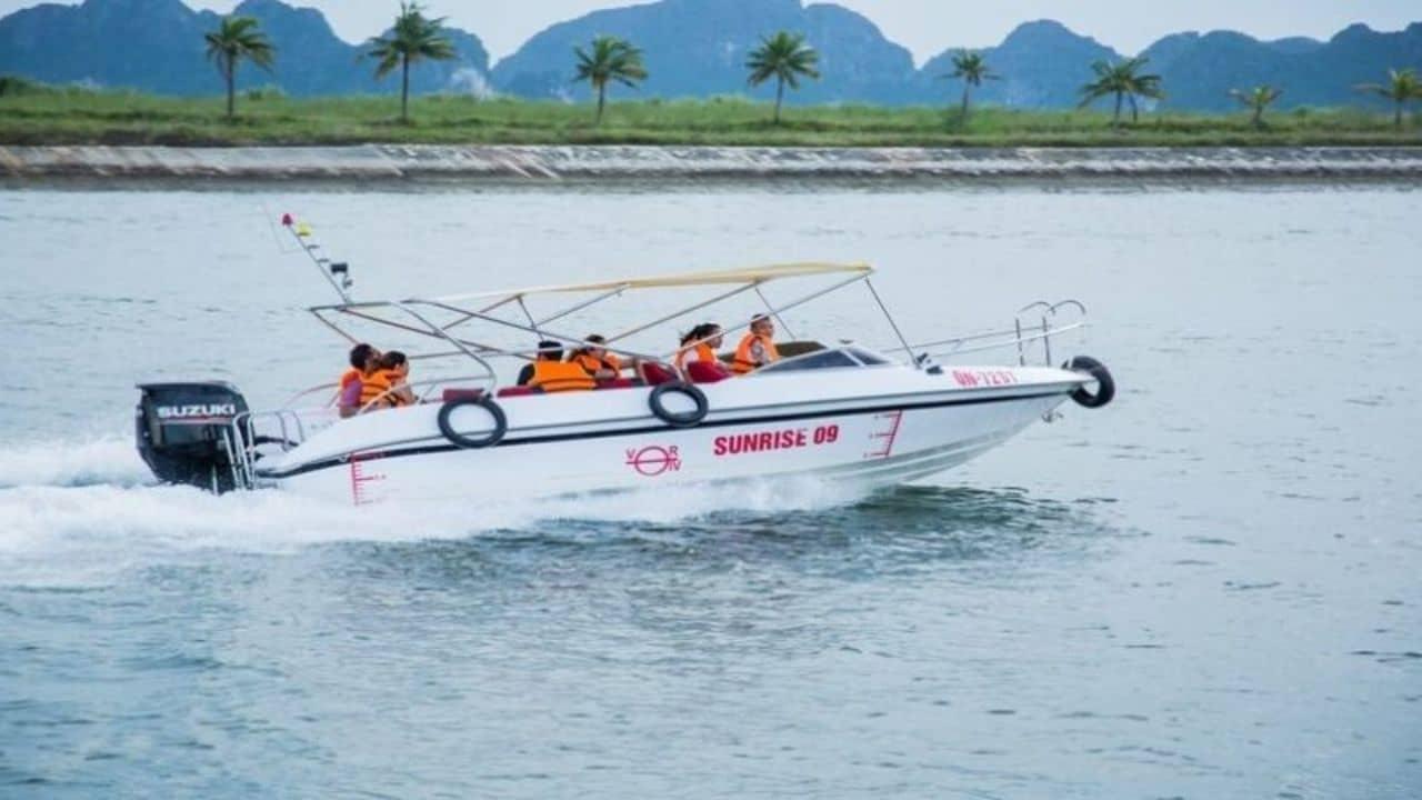 Có nên thuê cano du lịch tham quan Vịnh Hạ Long hay không?
