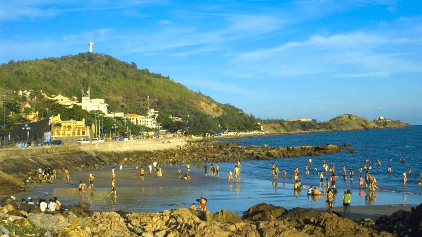 Bãi Dâu còn khá hoang sơ và không nhiều du khách tắm biển