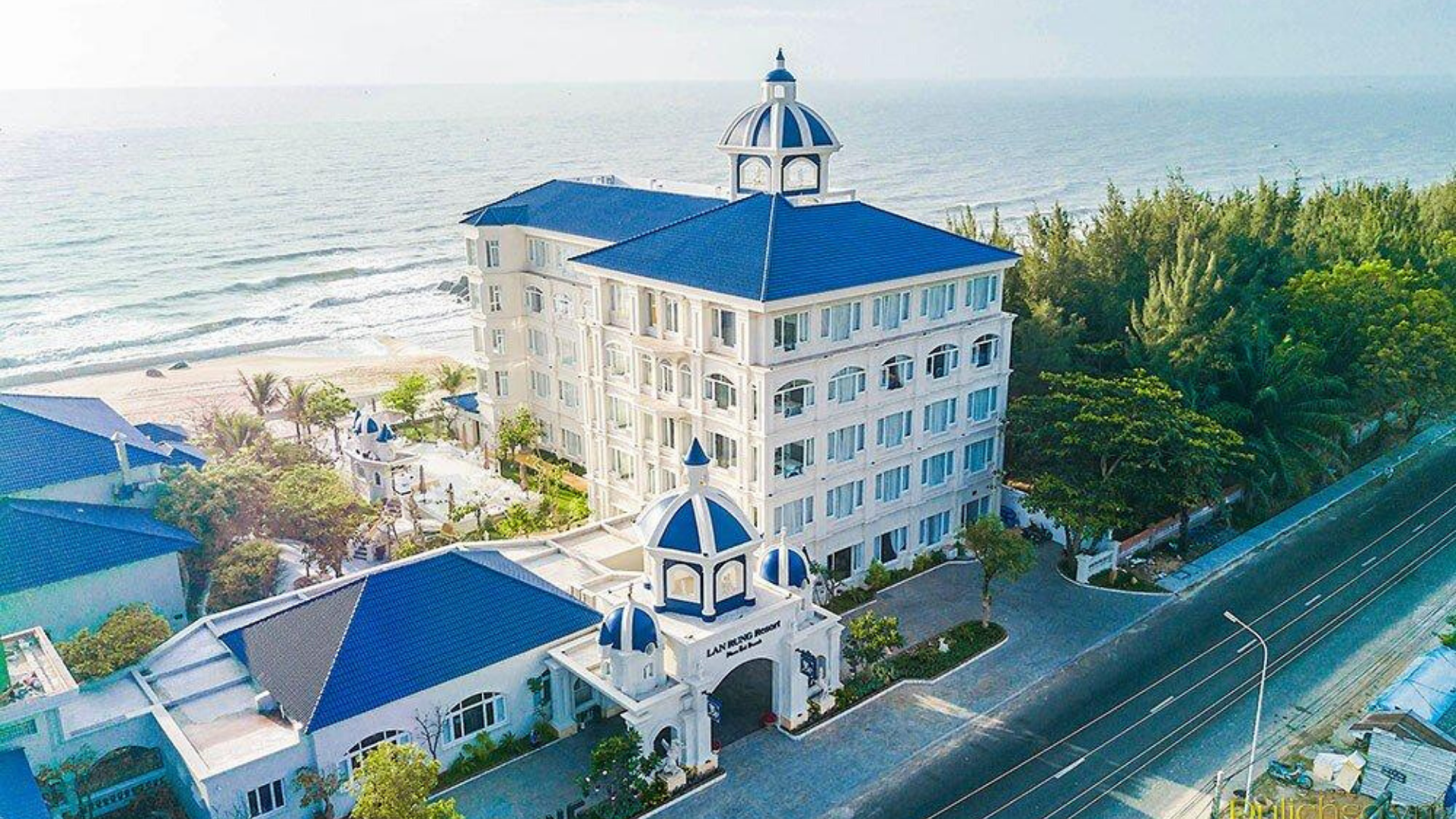 Lan Rừng Resort & Spa là khu nghỉ dưỡng cao cấp nằm sát bờ biển