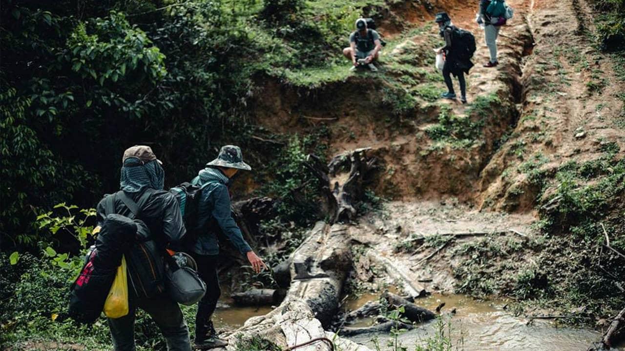 Cung đường Tà Năng – Phan Dũng có nhiều đoạn hiểm trở, khó đi khiến du khách rất dễ bị nản lòng