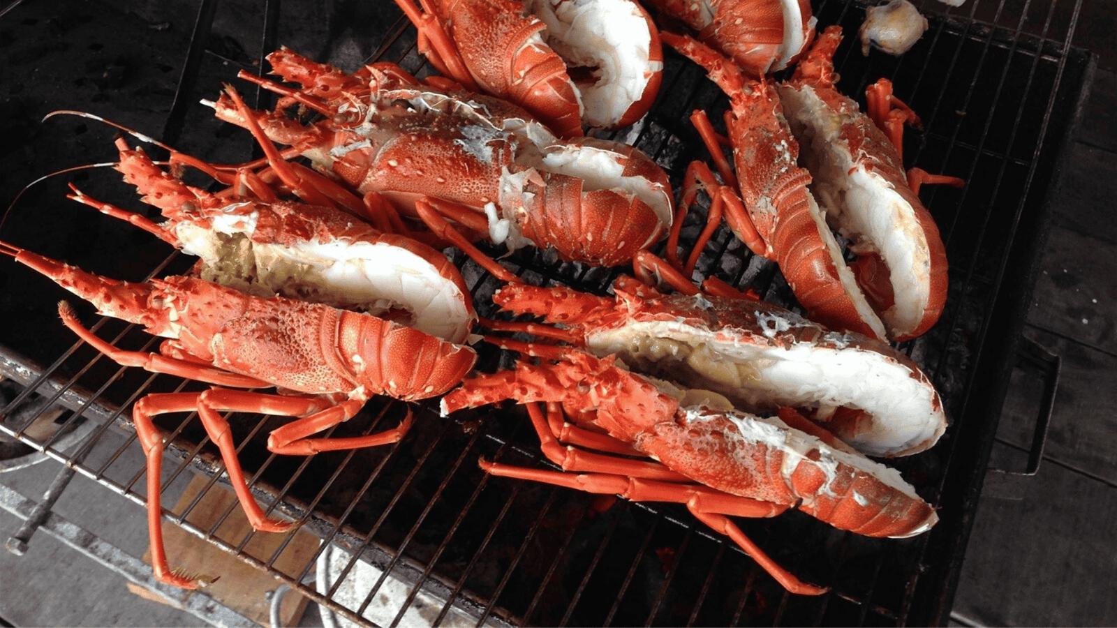 Các bạn hoàn toàn có thể tự tổ chức tiệc nướng hải sản trên biển Bãi Vừng