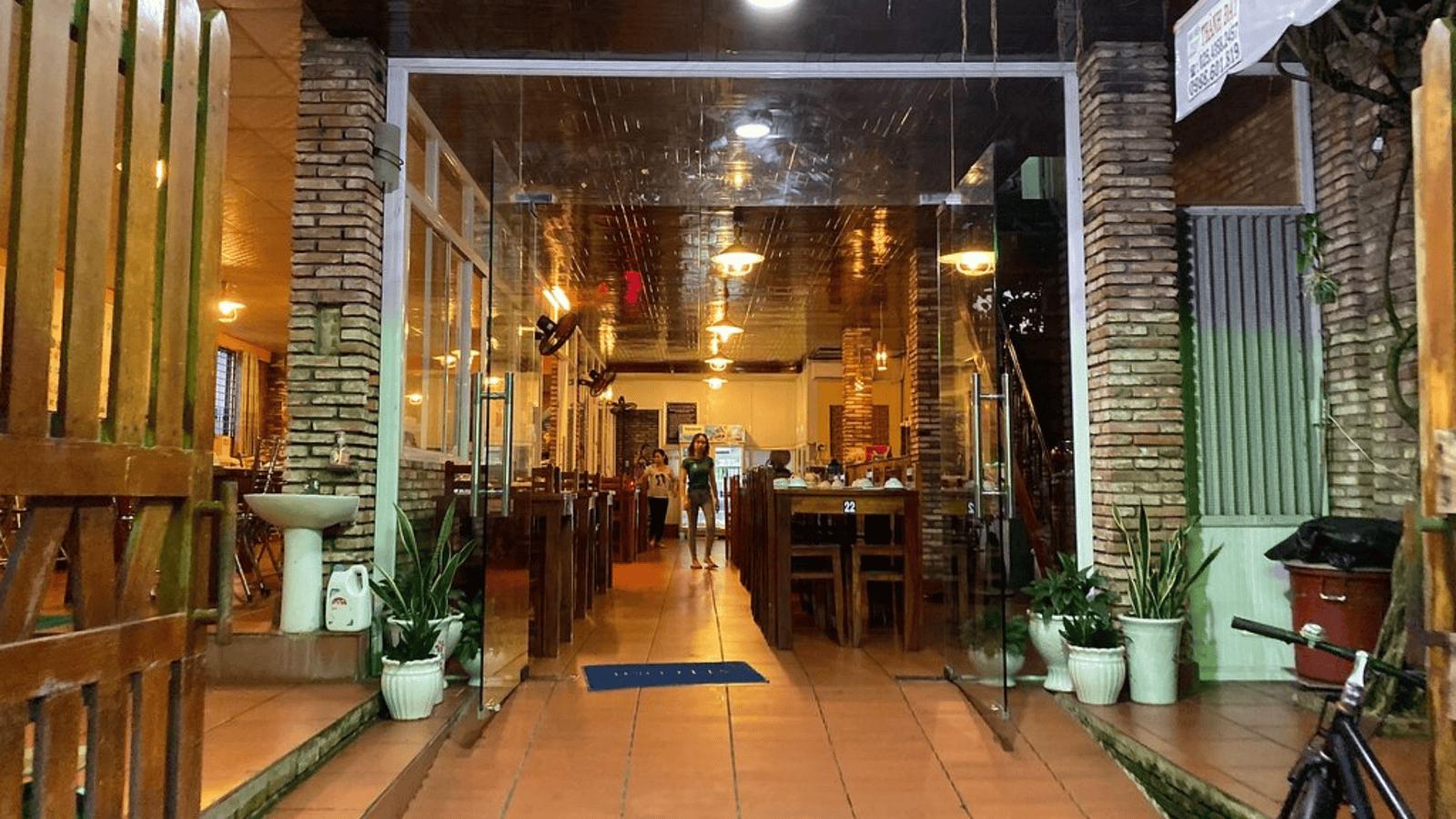 Có khá nhiều nhà hàng rộng rãi, phục vụ nhóm đoàn khách đông người quanh Bãi Đầm Trầu