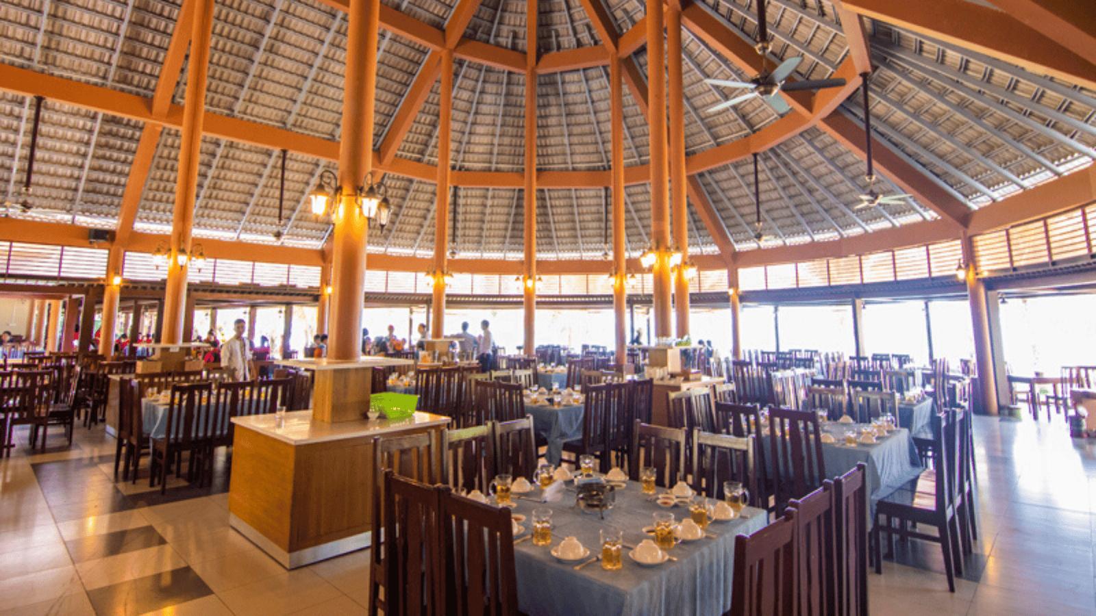 Không gian một trong số những nhà hàng cao cấp của resort