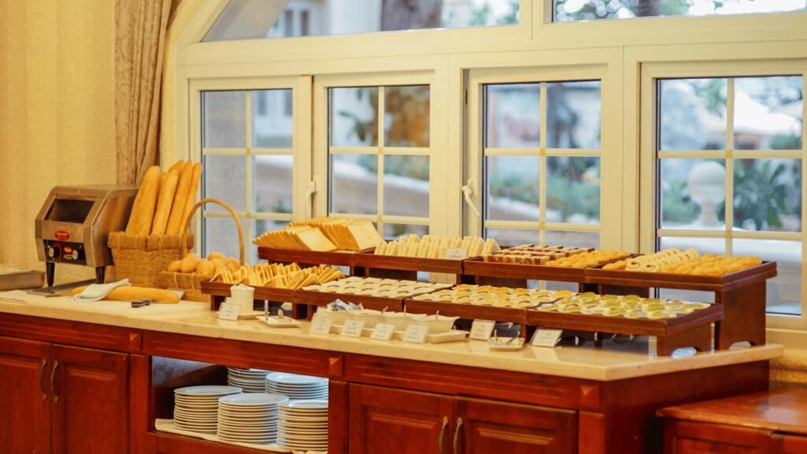 Buffet sáng cao cấp tại nhà hàng của Lan Rừng Resort
