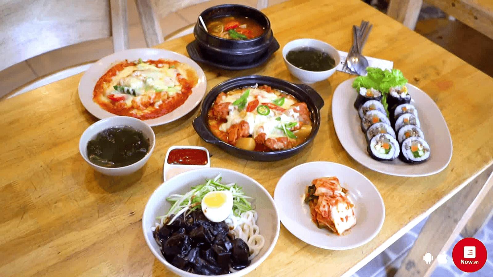 Quán phục vụ rất nhiều món đồ Hàn hấp dẫn khác
