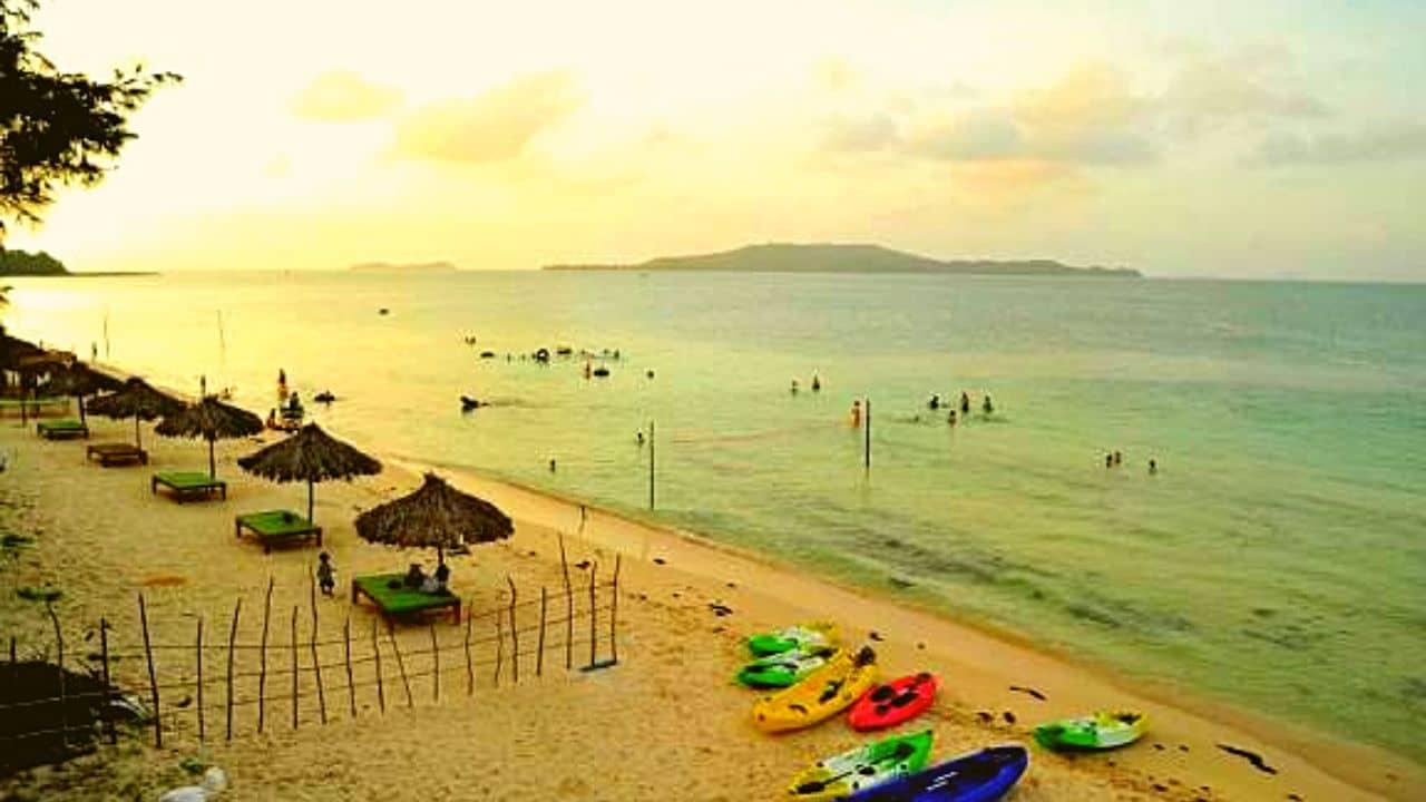 Bãi tắm Hồng Vàn là bãi biển lặng sóng, an toàn